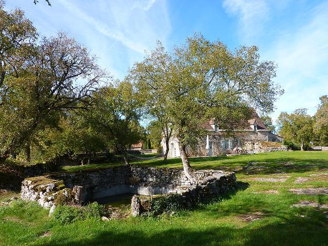 La grande maison et l`abreuvoir, les Roches du Quercy, gîtes ruraux